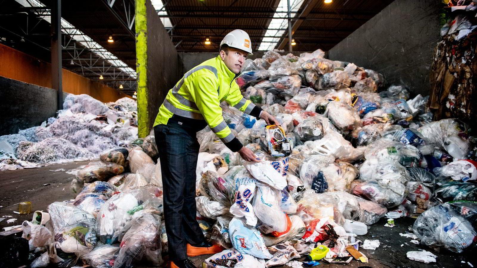 Konsernsjef Erik Osmundsen mener plastposeavgift vil øke norske klimautslipp. Her foran berg av plast til gjenbruk ved Norsk Gjenvinnings store anlegg i Oslo. Foto: Klaudia Lech