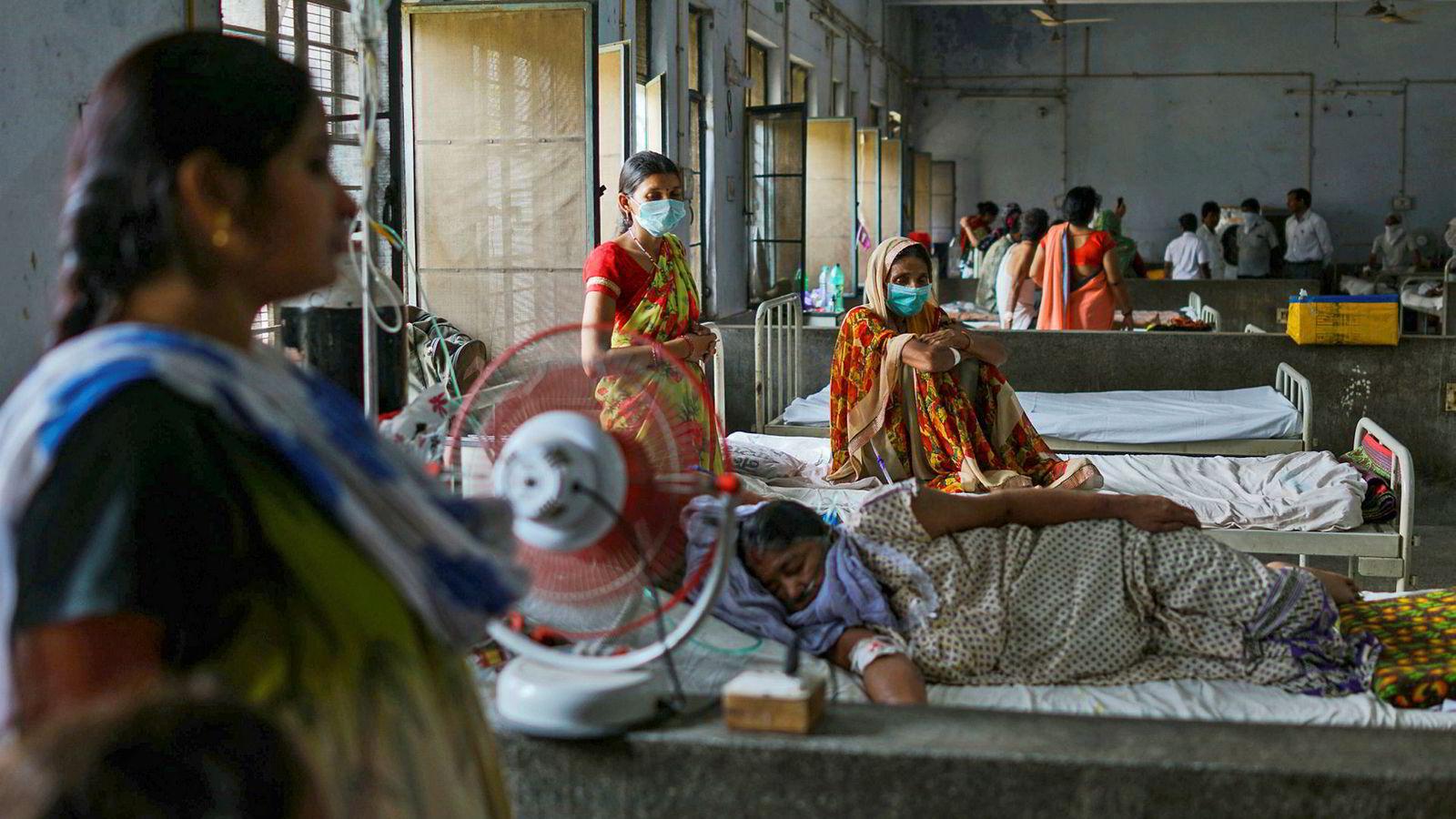 Statsminister Narendra Modi lanserte i helgen gratis helseforsikring for 40 prosent av Indias fattigste. Det er satt et tak på 55.000 kroner for hver behandling. Her fra Murari Lal Chest-sykehuset i Kanpur hvor pasienter blir behandlet for lungeplager på grunn av forurensing.