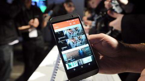 På søndag skal HTC lansere årets toppmodell, HTC One M9, i Barcelona. Her fra fjorårets lansering av HTC One M8, i New York. Foto: Diane Bondareff, AP/NTB Scanpix