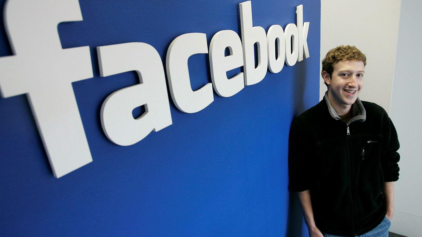 Mandag fyller Facebook 15 år. Her er grunnlegger Mark Zuckerberg med firmalogoen ved kontorene i Palo Alto i California i 2007.