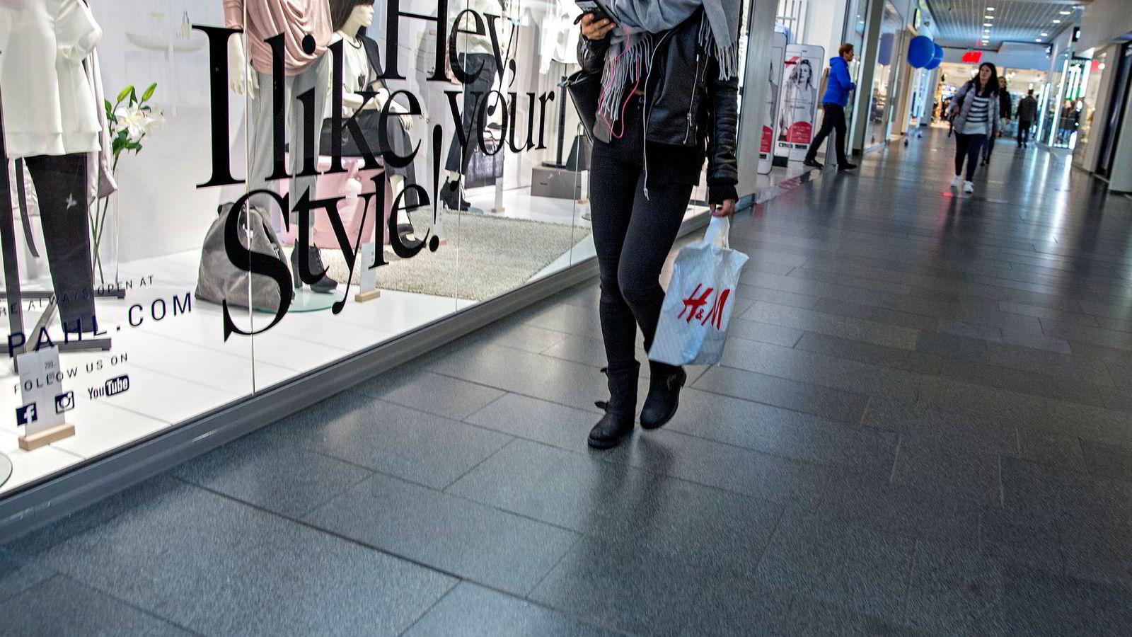Butikkene må bruke mulighetene som ligger i ny teknologi. Men dette er ingen kamp på liv og død mellom den fysiske og den digitale butikken, hvor den ene står seirende igjen med sverdet hevet mens taperens blod drypper fra skjeftet.