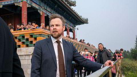 Næringsminister Torbjørn Røe Isaksen sier det går fremover med forhandlingene om en frihandelsavtale med Kina, men sier den ikke blir klar i år. Her møter Røe Isaksen pressen i Jingshin park i Beijing søndag.
