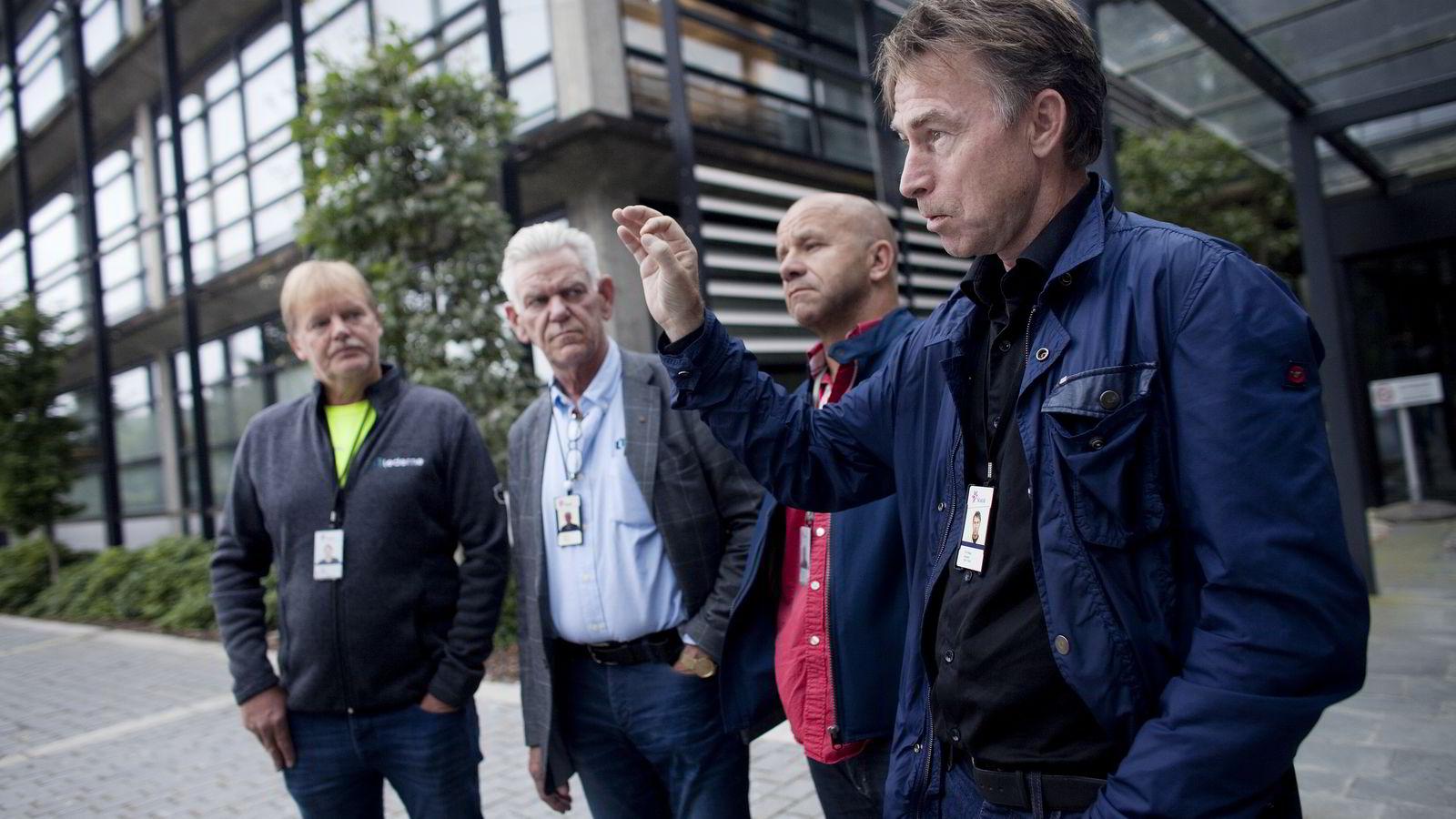 Fagforeningsleder Per Terje Ødegård i Lederne-Teknikerne i Statoil fører ordet mens hans medtillitsvalgte Hans Fjære Øvrum, Christer Olsson og Terje Herland nikker i enighet.