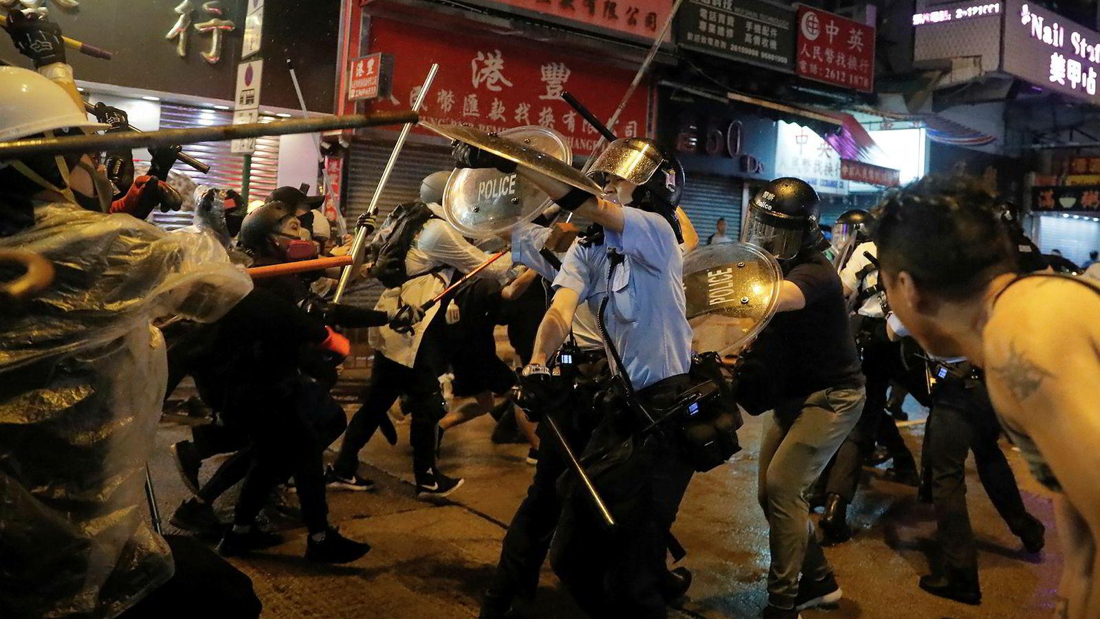Sammenstøt mellom politi og demonstranter i Hongkong søndag.