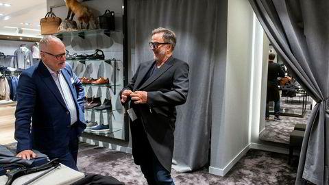 Ola Mæle får gode råd til kjøp av sjakett av selger Claes Eking hos Follestad hvor han selv er medeier. Mæle tror konkursraset i deler av detaljhandelsbransjen vil fortsette en god stund til. Det er kun kjøpmennene som har fulgt med i timen som vil overleve, sier han.
