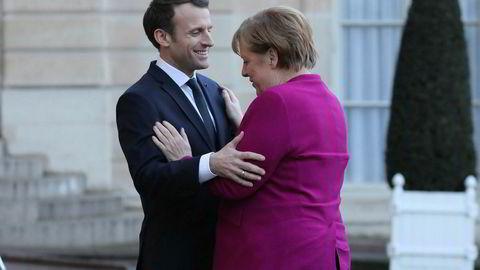 Frankrikes president Emmanuel Macron tar imot Tysklands forbundskansler Angela Merkel i Elysee-palasset i Paris.