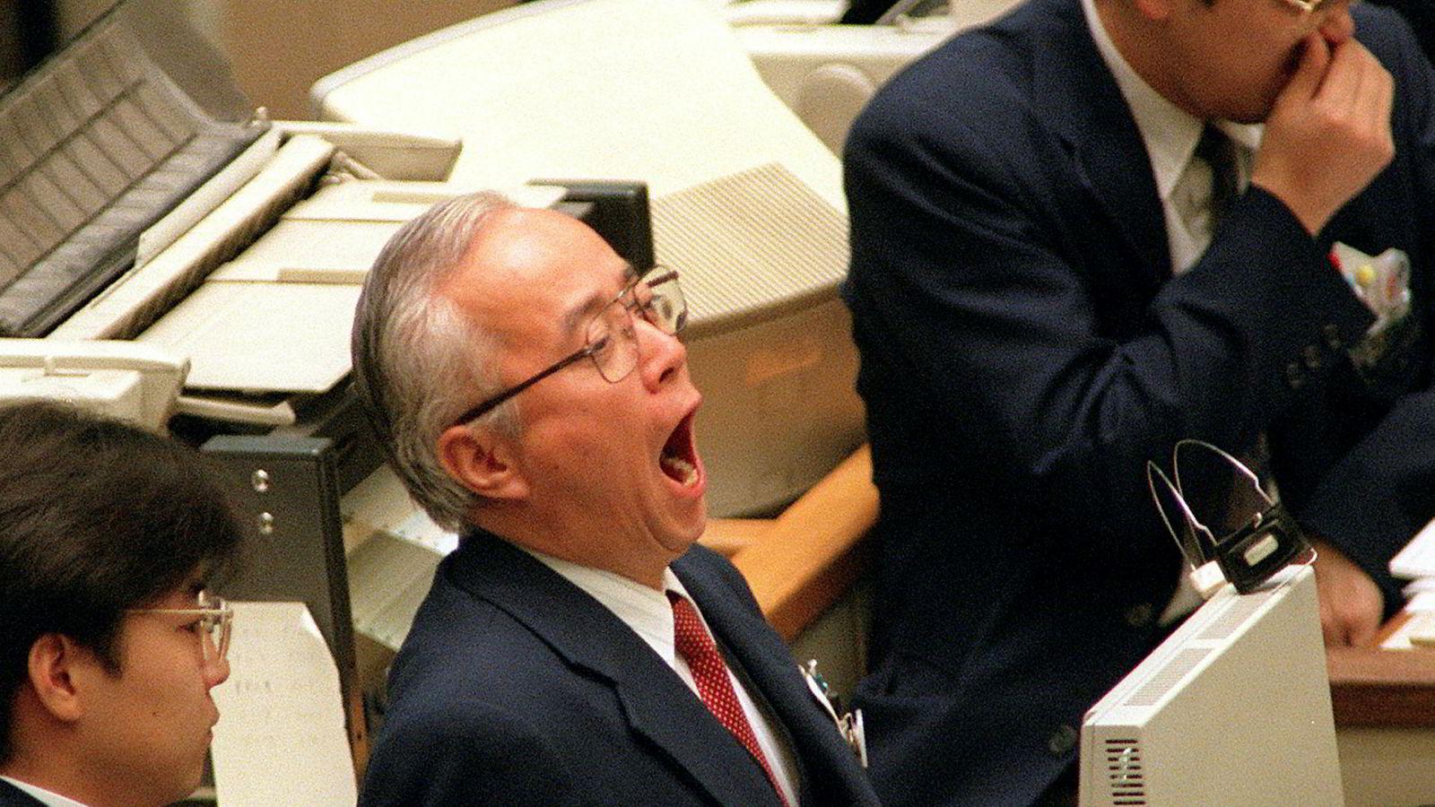 En aksjetrader som jobber på Tokyo-børsen gjesper høyt.
