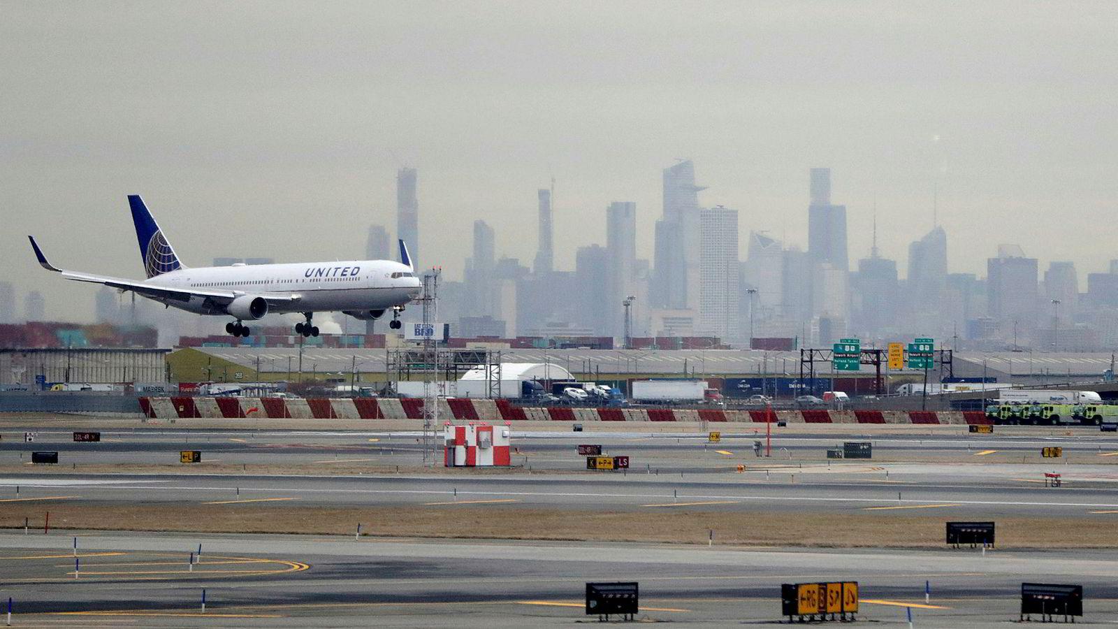 Et United Airlines fly lander på Newark Liberty International Airport i New Jersey, utenfor New York.