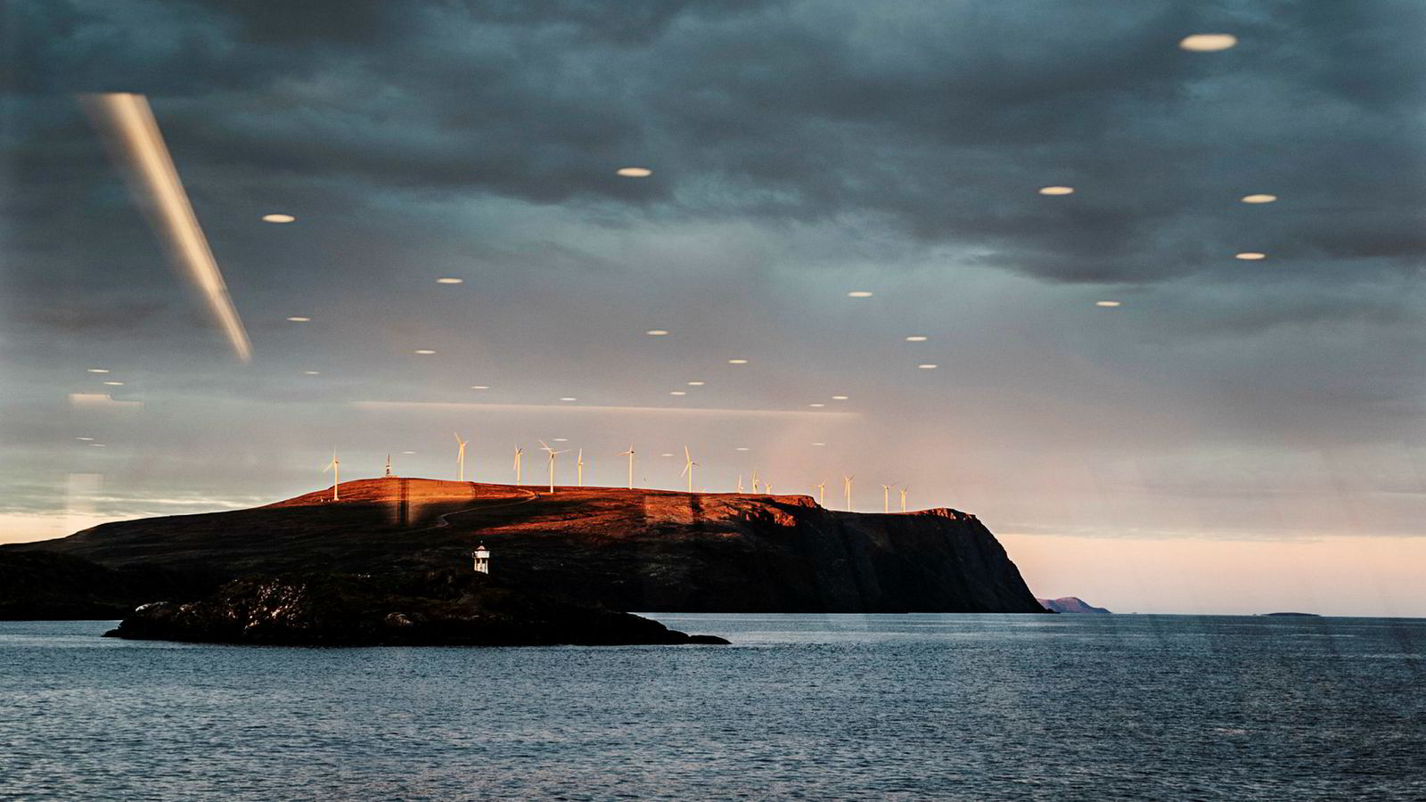 Utviklingen av grønn energi kan komme flere til gode med et bedre kraftnettverk i Europa, ifølge Senter for fornybar energi. Her passerer Hurtigruten vindmøller langs Finnmarkskysten.