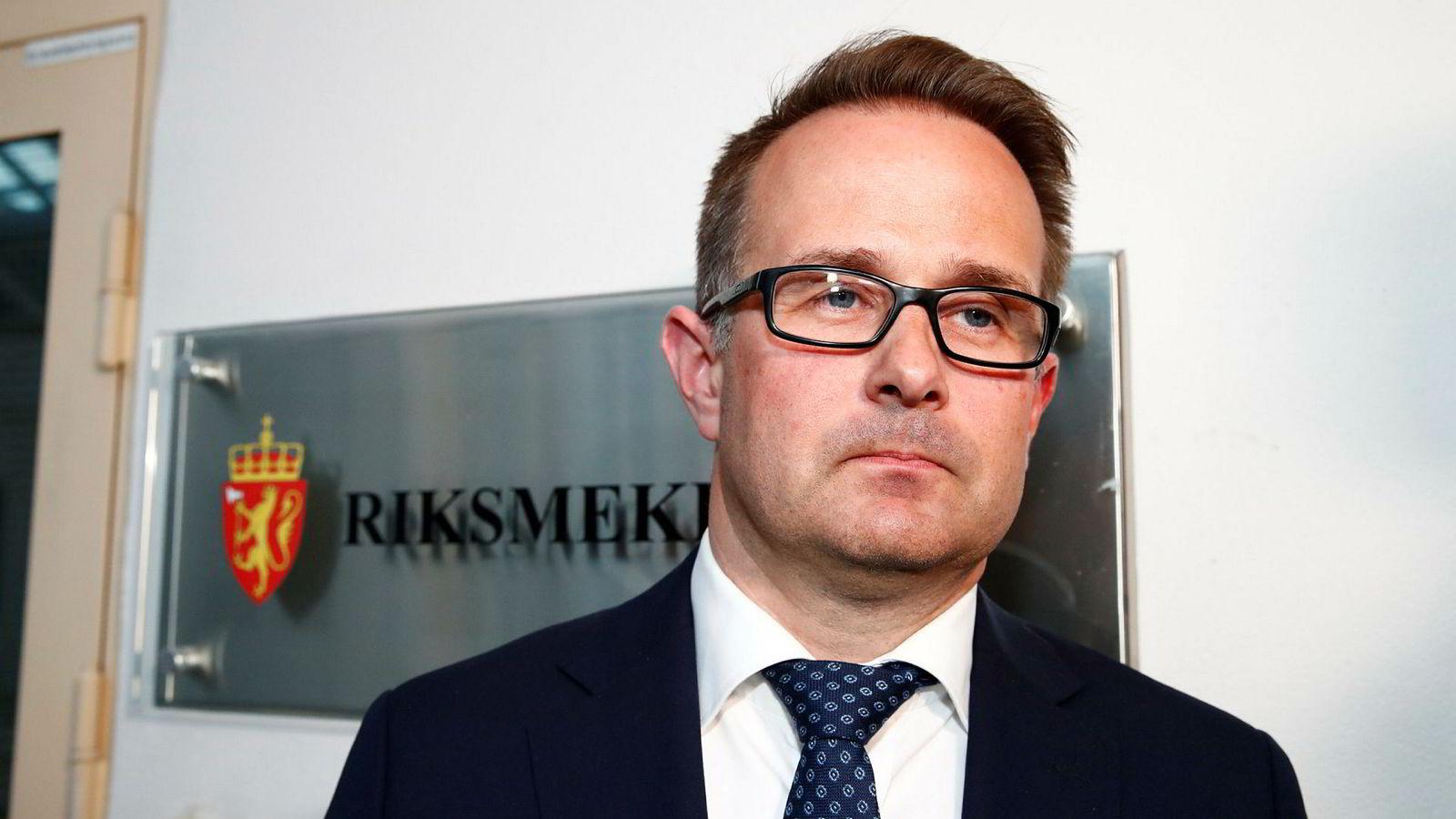 Riksmekler Mats Wilhelm Ruland møter pressen under meklingen mellom SAS og pilotene. Etter 15 timer med mekling meldes det om fortsatt stor avstand mellom partene.
