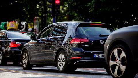 Etter at Tesla pøste ut biler i mars, er igjen Volkswagen Golf tilbake på toppen av norske registreringsstatistikker i april.