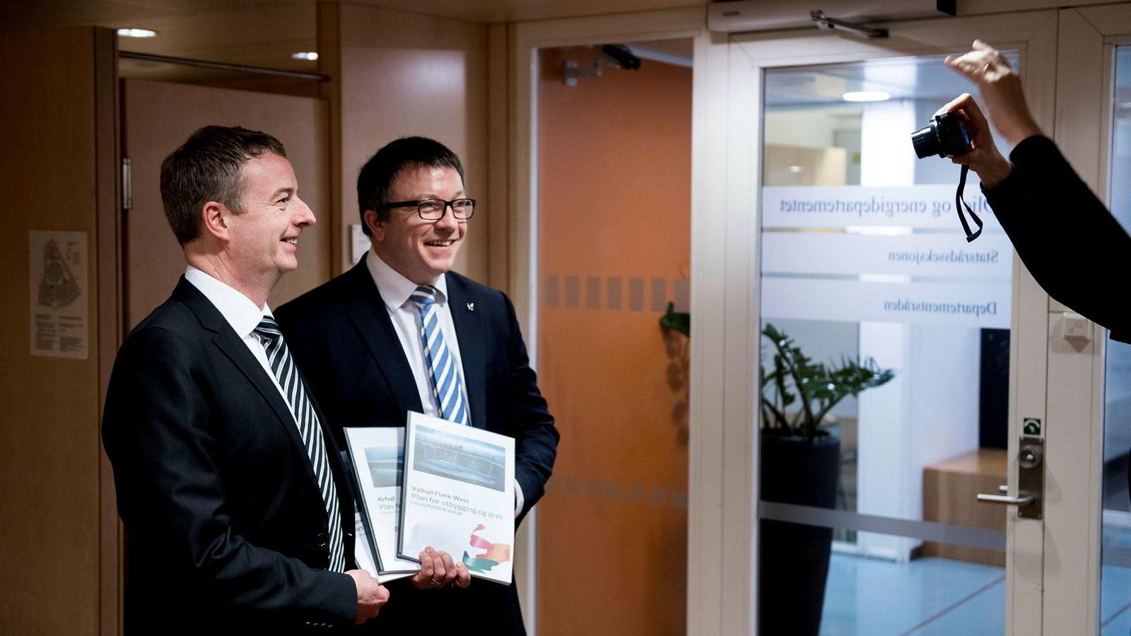 Olje- og energiminister Terje Søviknes (til venstre) og Aker BP-sjef Karl Johnny Hersvik ble iherdig fotografert da Aker BP leverte tre utbyggingsplaner på til sammen 15,5 milliarder kroner i departementet fredag.