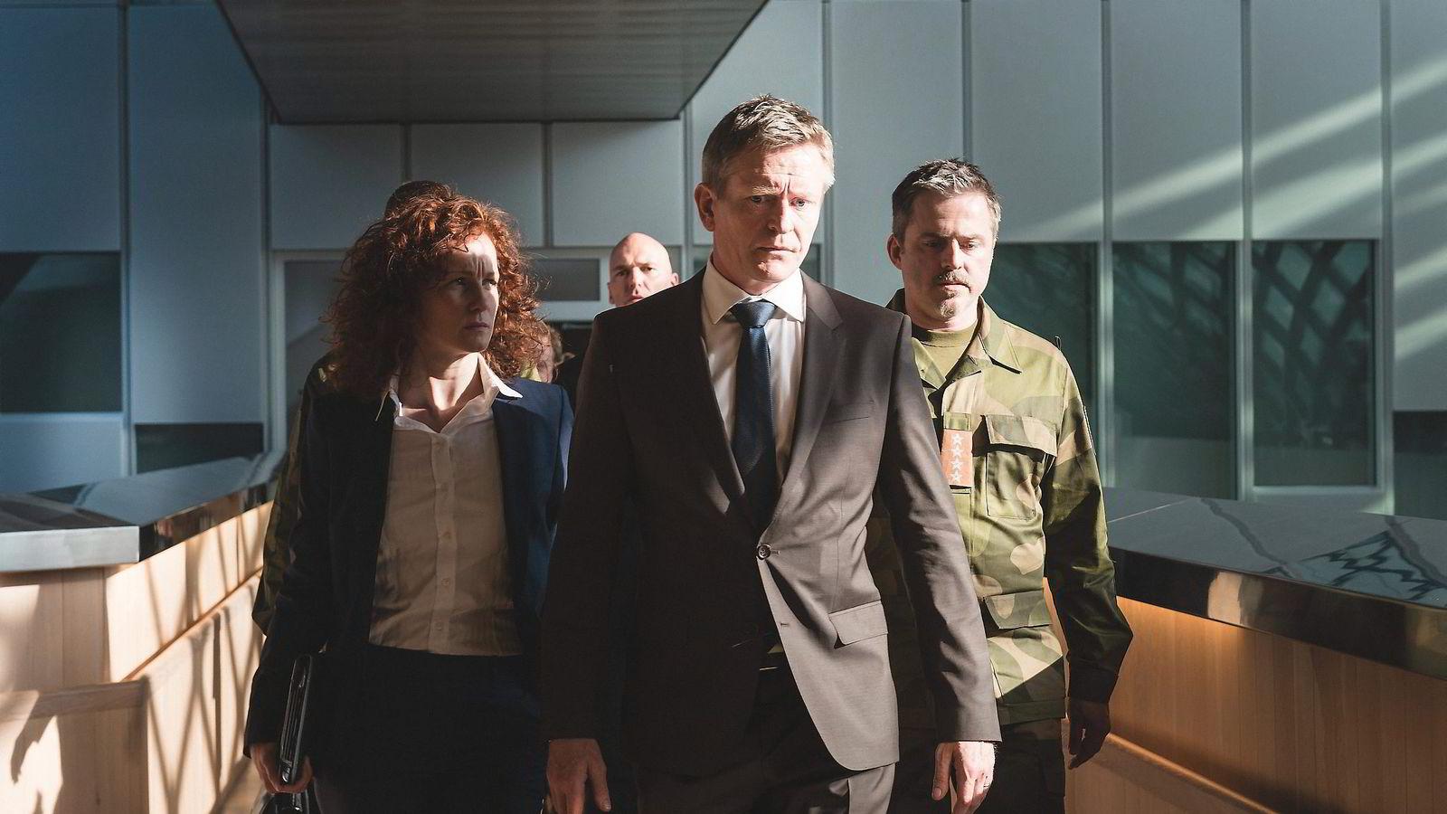 «Okkupert» leker med ideen om at russerne inntar Norge for å kontrollere oljeproduksjonen. Henrik Mestad (foran) spiller Norges statsminister Jesper Berg i serien.