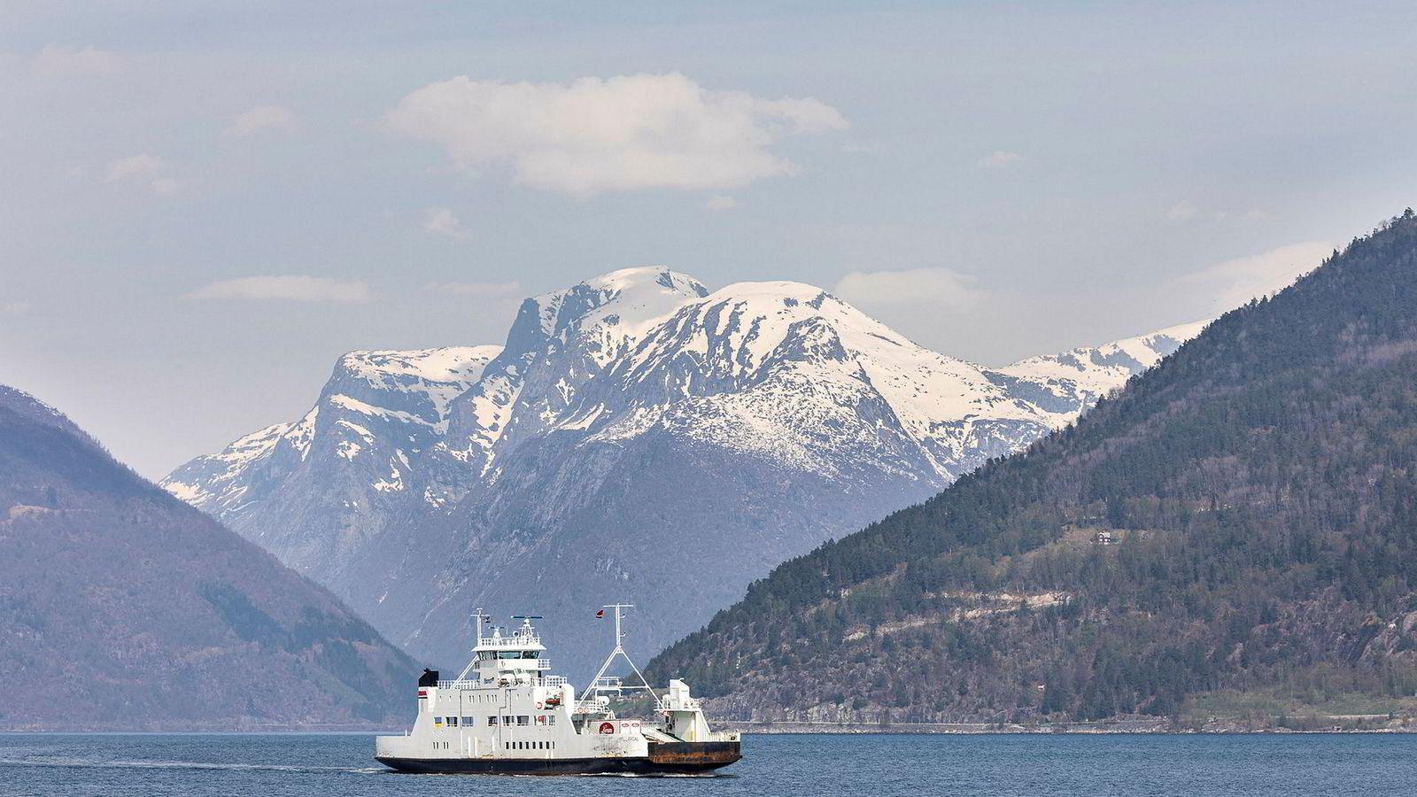 Fjord1 har mistet flere store avtaler med staten det siste året, og aksjekursen har falt kraftig siden toppen for ett år siden. Her fra strekningen mellom Dragsvik, Hella og Vangsnes i Sogn og Fjordane, som selskapet også har mistet.