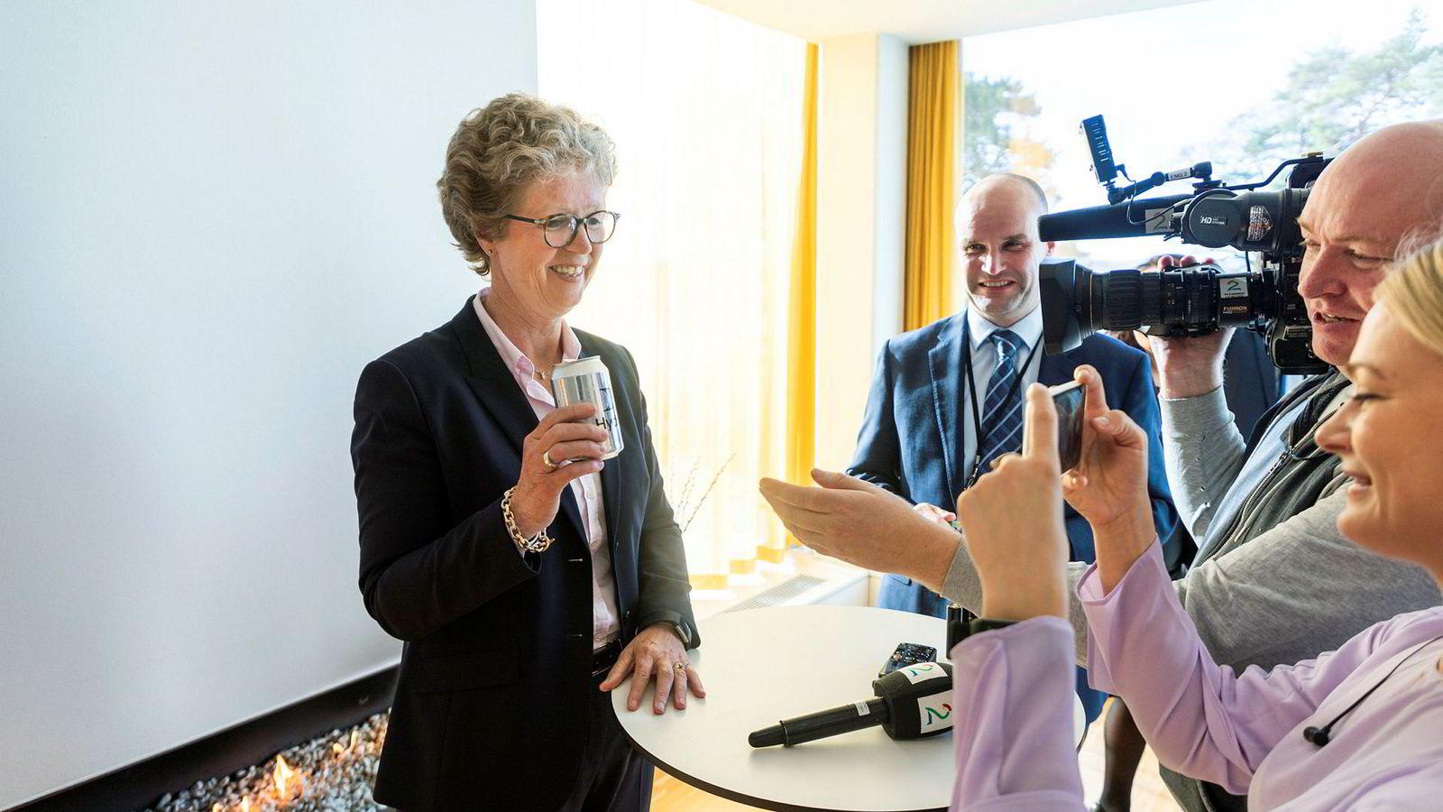 Hilde Merete Aasheim ble presentert som Hydros nye konsernsjef mandag.Her blir hun fotografert av TV2 under pressekonferansen. I bakgrunnen står informasjonsdirektør Halvor Molland.