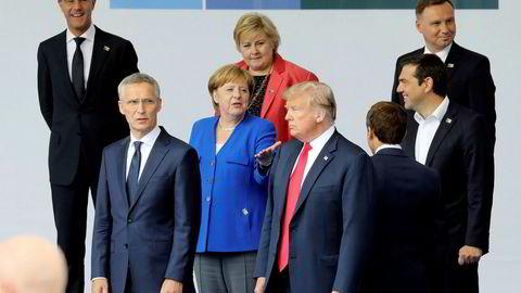 Generalsekretær i NATO Jens Stoltenberg og USAs president Donald Trump i første rekke under Nato-toppmøtet.