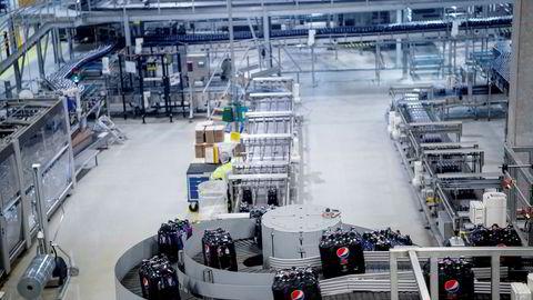 Ringnes legger ned sitt lager i Trondheim og de ansatte mister jobben. Bildet viser produksjonslinjen i Ringnes for Pepsi Max.
