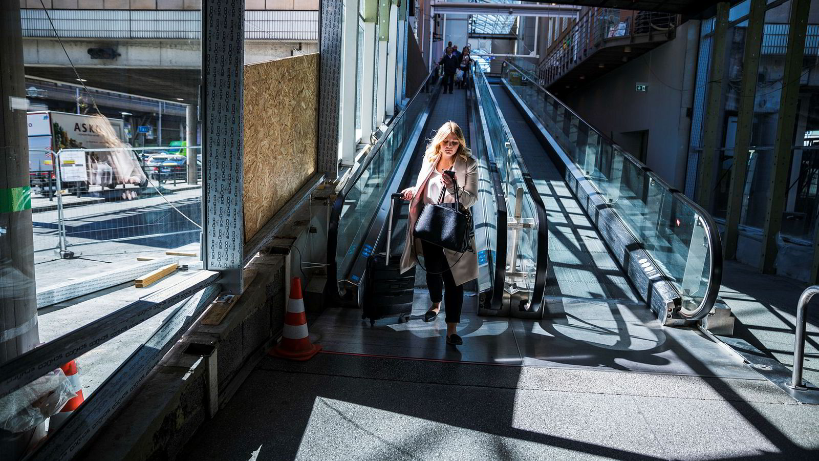 For Elisabeth Holien ser er hverdagen hektisk og forskjellig. Her er 22-åringen på vei til bussen til Telemark, hvor hun skal drive valgkamp hele helgen. Mellom slagene leser hun til eksamen.