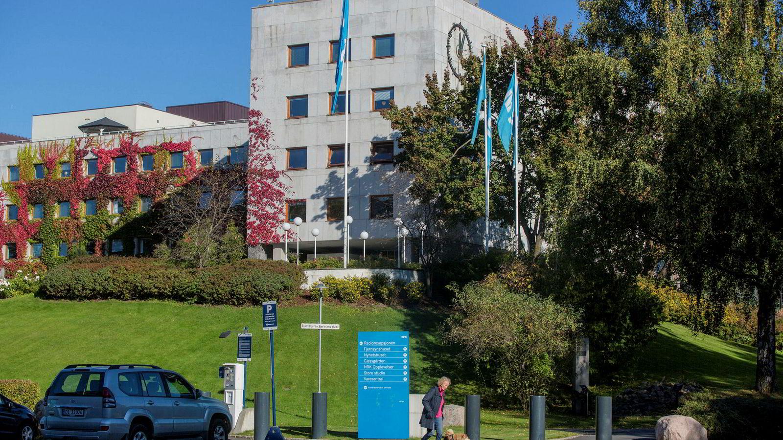NRKs oppgave er å oppfylle allmennkringkasteroppdraget som er definert på grunnlag av NRK-plakaten som er vedtatt av Stortinget, skriver innleggsforfatterne.