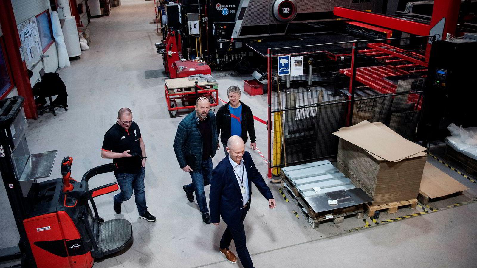Nye eiere håper de endelig skal klare å tjene penger på tapssluket IKM Haaland på Vigrestad. Ståle Kyllingstad (fremst), Gabriel Pollestad (til høyre) og Bjørn Rygg (i midten) går sammen om eierskapet i IKM Haaland. Gabriel Høyland, produksjonssjef IKM Haaland (til venstre).