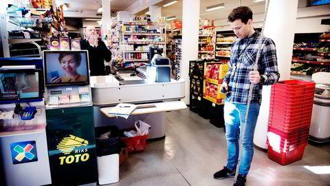 Utstyrt med laser i beltet, tommestokk og mobilkamera tråler sivilingeniør Torbjørn Grønningen seg gjennom Nærbutikken på Grorud på jakt etter korrekte mål. Kjøpmann Rehan Maajid følger med. Foto: Per Ståle Bugjerde