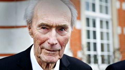 Vemork-veteranen Joachim Rønneberg utenfor den norske ambassadørens residens i London for noen år tilbake.