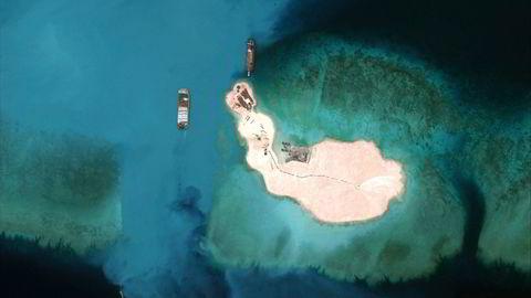 Med Kina i spissen har flere stater begynt å bygge hele øyer ut av undervannsskjær, som her på Mischief Reef vest for Filippinene, i Sør- Kinahavet. Nå går man et skritt lengre og plasserer militære flyplasser eller rakettbatterier på øyene. Foto: CSIS/AMTI/DigitalGlobe/