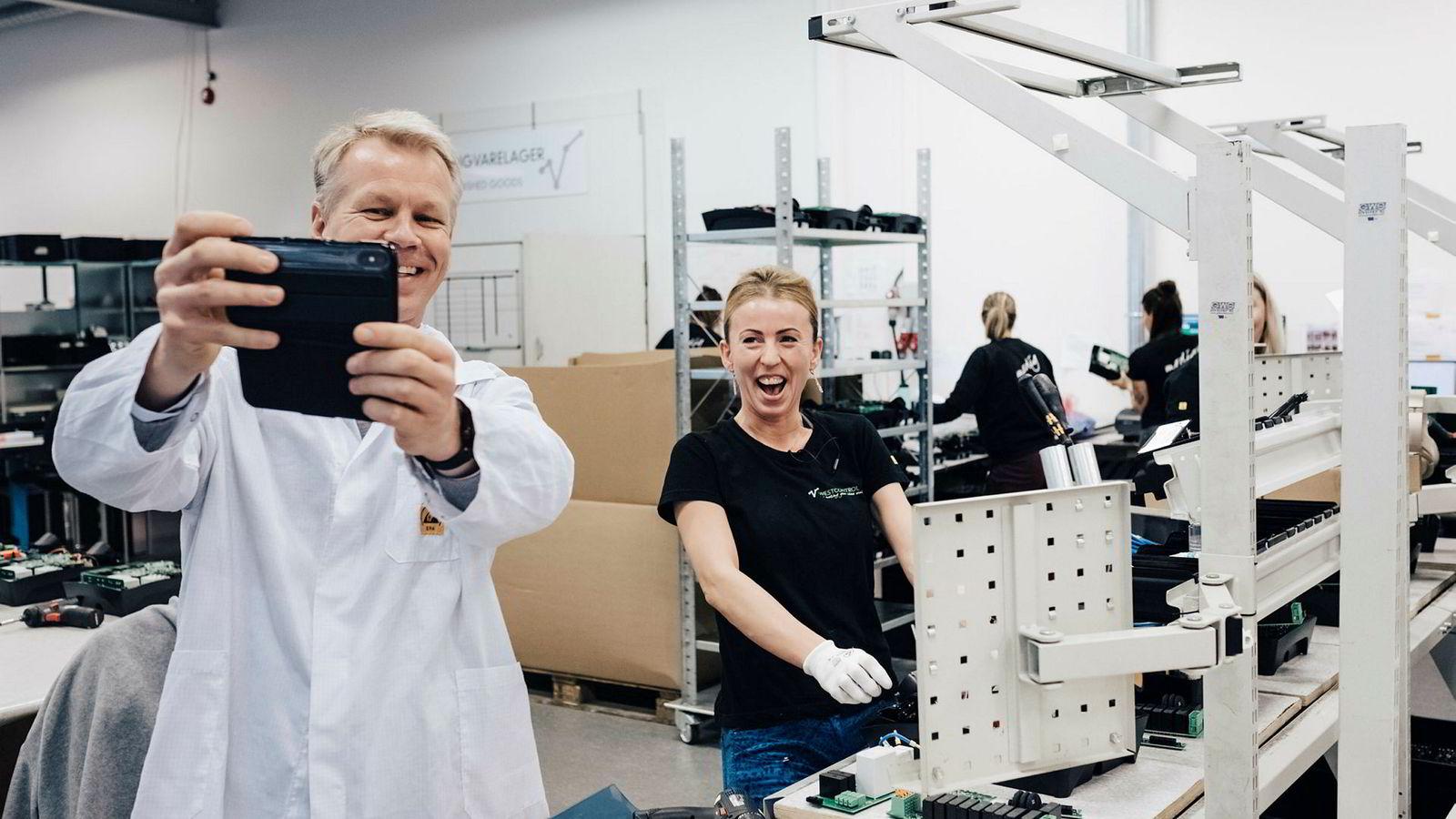 Zaptec-sjef Anders Thingbø er på besøk hos leverandør Westcontrol og tar en selfie sammen med Klaudia Wodka fra Polen. Hun har jobbet med å montere elbil-ladere siden hun begynte i april.