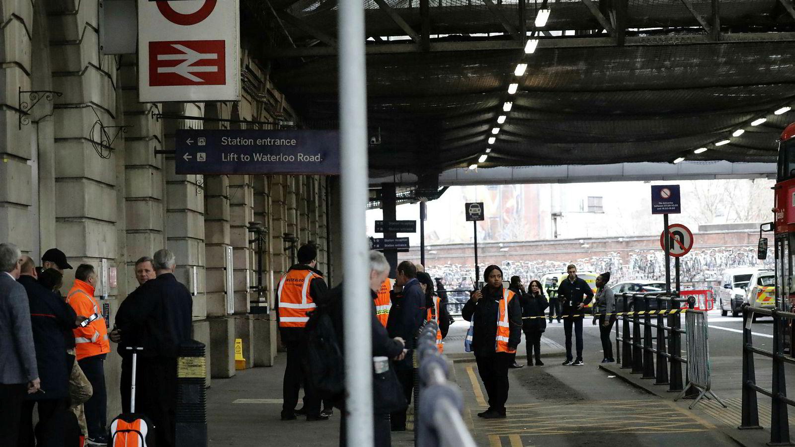 Sikkerhetspersonell er i beredskap her på Waterloo station sentralt i London tirsdag ettermiddag.