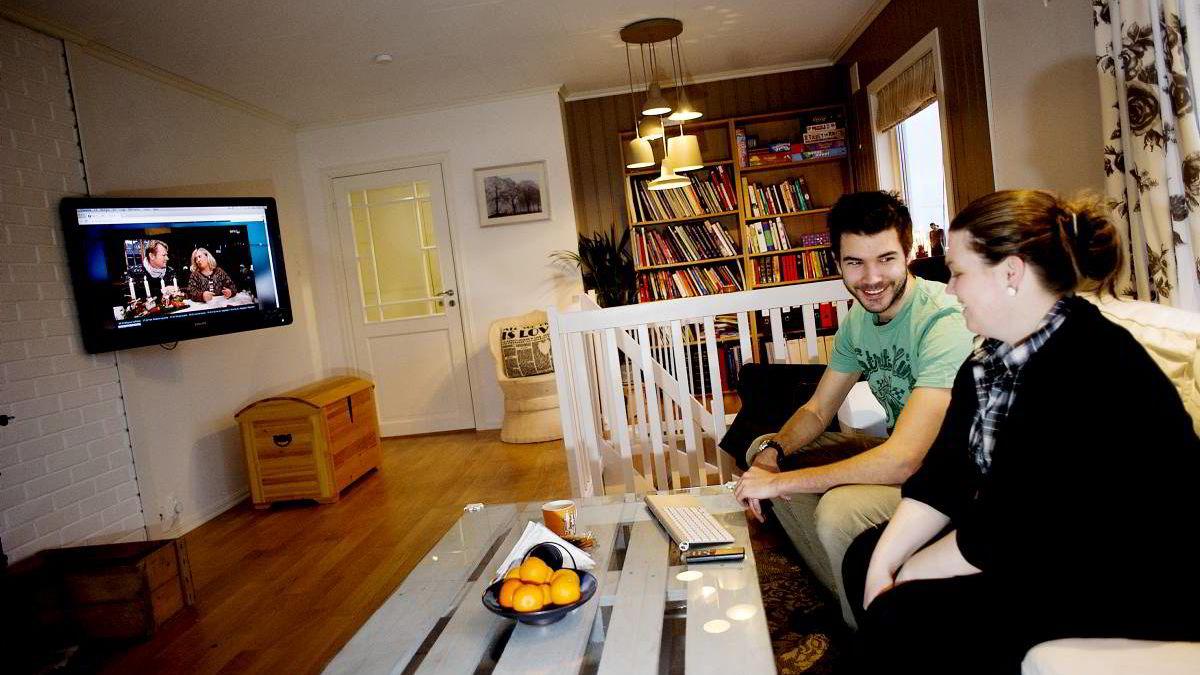 Marianne Austad (31). og mannen Håvard Austad (26) er blant stadig flere unge som dropper lisensbetalt tv, til fordel for fri strømming av nett-tv.