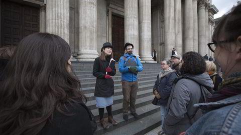 Annerledes sightseeing. Madame Tussauds og Buckingham Palace er ikke på ruten til guidene Susan Steed (35) og Paul Gilbert (29) i Occupy London Tours. Deres vandretur handler om finanskrisen, slavehandel, skatteparadis og pengepolitikk