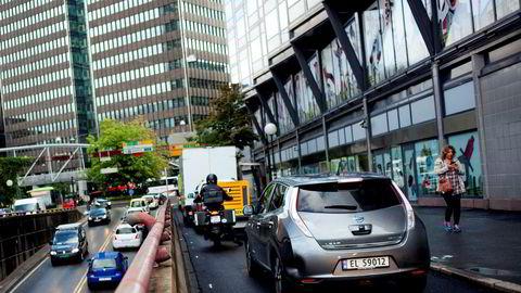 En elbil som er produsert og kjører i Europa, har et levetidsutslipp som bare er ti prosent lavere enn en konvensjonell dieselbil, skriver artikkelforfatterne.