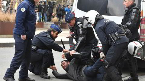 Belgisk politi pågriper en demonstrant utenfor EU-kvartalet i Brussel.