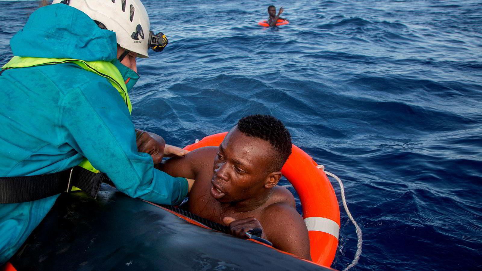 Når FN nå lager en avtale som gjør migrasjon til et internasjonalt tema med internasjonale løsninger, frykter stater at de mister sin selvråderett på dette viktige feltet og regjeringer møter krav fra velgerne om å avstå. Her hjelper tysk NGO Sea-Watch en libysk migrant.