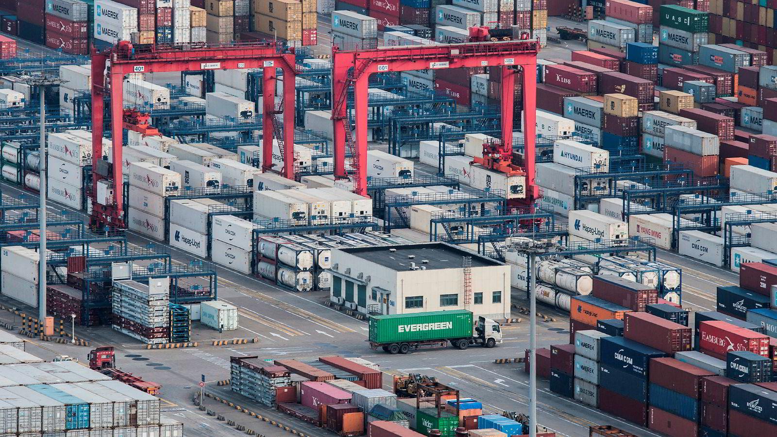 Den kinesiske handelen var svakere enn ventet i november. USA legger press på Kina for å få til en handelsavtale før fristen går ut i slutten av februar. President Donald Trump er ikke innstilt på en forlengelse av våpenhvilen i handelskrigen.