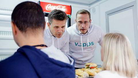 Vipps utfordres nå av både Apple og Google, som ventet. Fra venstre er Rune Garborg, konserndirektør for Vipps og Snorre Storset i Nordea.
