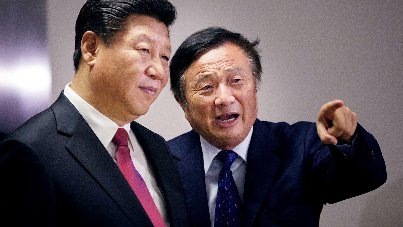 Kinas president Xi Jinping lytter til Huaweis grunnlegger og president Ren Zhengfei.