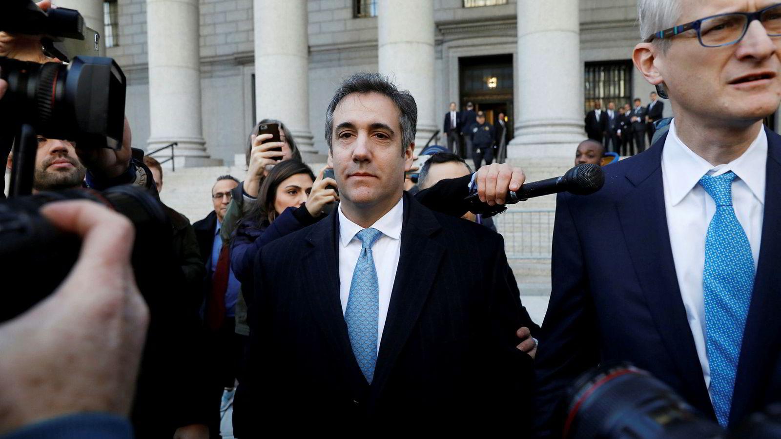 Michael Cohen, Donald Trumps tidligere advokat og ryddegutt, innrømmer løgn. Her forlater han retten på Manhattan torsdag, sammen med sin advokat Guy Petrillo (til høyre).
