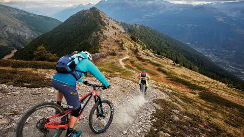 Fra fjelltoppene over Aostadalen venter 2000 høydemeter nedoversykling på smale stier for sykkelguide Fabrizio Charruaz og Trailguide-gründer Bjørn Jarle Kvande.. Foto: Thomas T. Kleiven