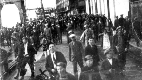 «Menstad-slaget» ved Norsk Hydros eksporthavn Menstad ved Skien 8. juni 1931 blir aldri glemt i norsk arbeiderhistorie. Det startet med demonstrasjonstoget til Menstad. Foto:
