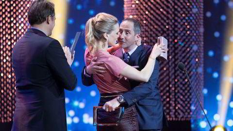 Ane Dahl Torp fikk prisen for beste kvinnelige skuespiller for serien Heimebane under Gullruten 2018 i Grieghallen i Bergen lørdag kveld, og kline med prisutdeler Harald J Rønneberg. Thomas Numme var også prisutdeler.
