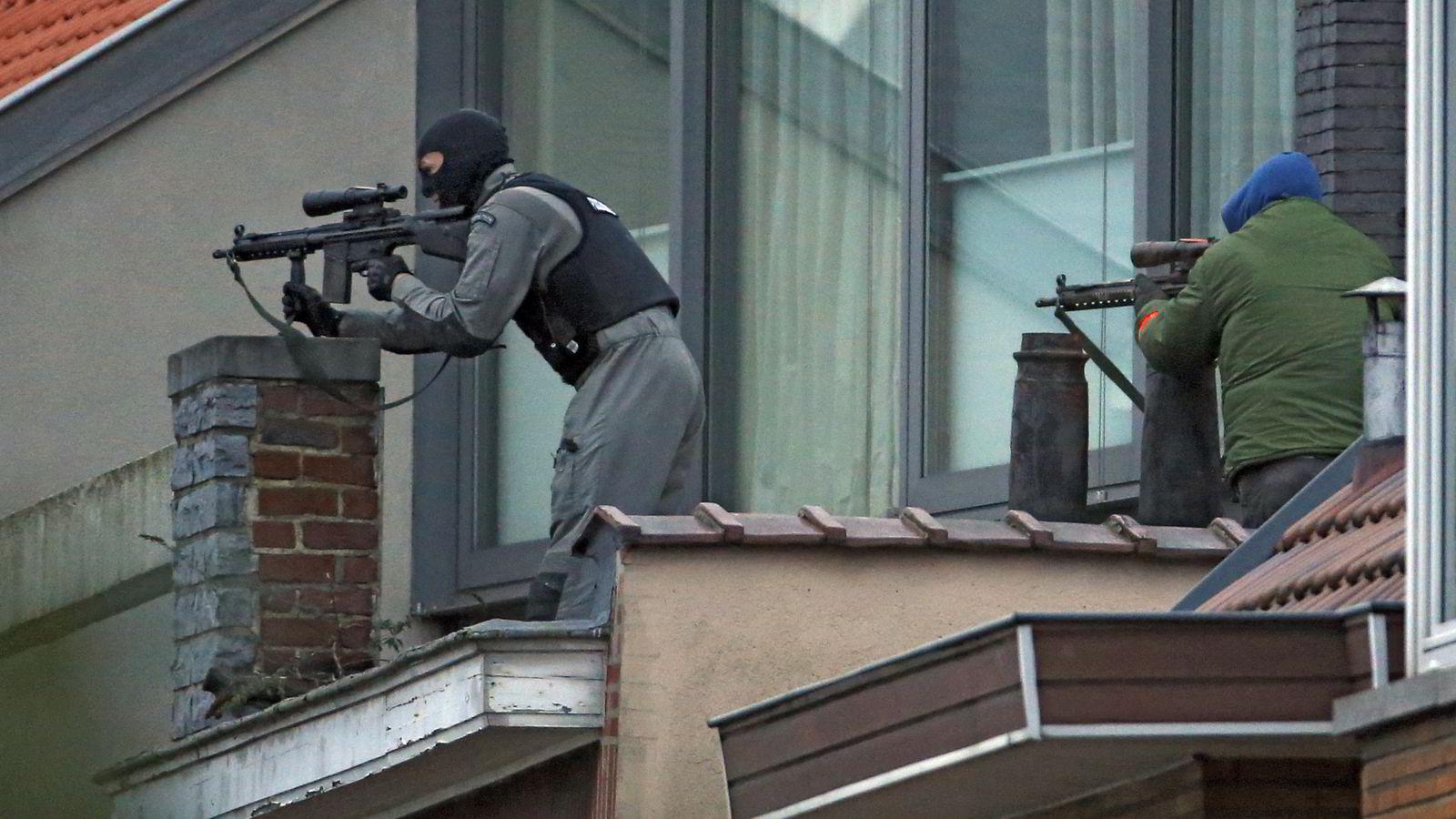 Belgisk politi posisjonerte seg tirsdag på et hustak i bydelen Forest. Foto: Reuters / NTB scanpix