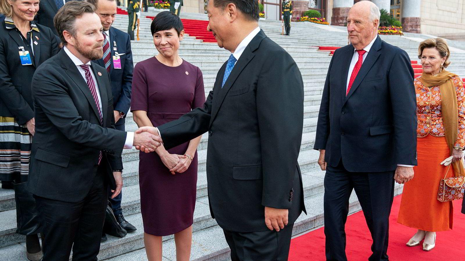 Kinas president Xi Jinping hilser på næringsminister Torbjørn Røe Isaksen og utenriksminister Ine Eriksen Søreide under den offisielle velkomstseremonien utenfor Folkets store hall i Beijing tirsdag. Kong Harald og dronning Sonja like bak.