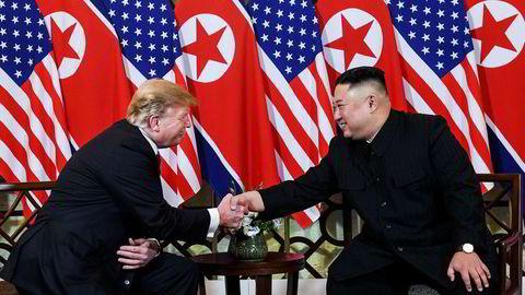 USAs president Donald Trump og Nord-Koreas leder Kim Jong-un tok hverandre i hendene, smilte og lo da de møttes i Hanoi onsdag kveld før middag.