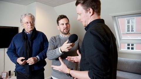 Podkastgründer Stig Arild Pettersen (midten) har fått med seg eks-NRK-journalist Christian Borch (til venstre) i podkastkonseptet «Du verden». De har to annonsører på laget, en av dem er Mats André Kristiansen i Kolonial.no. Foto: Elin Høyland