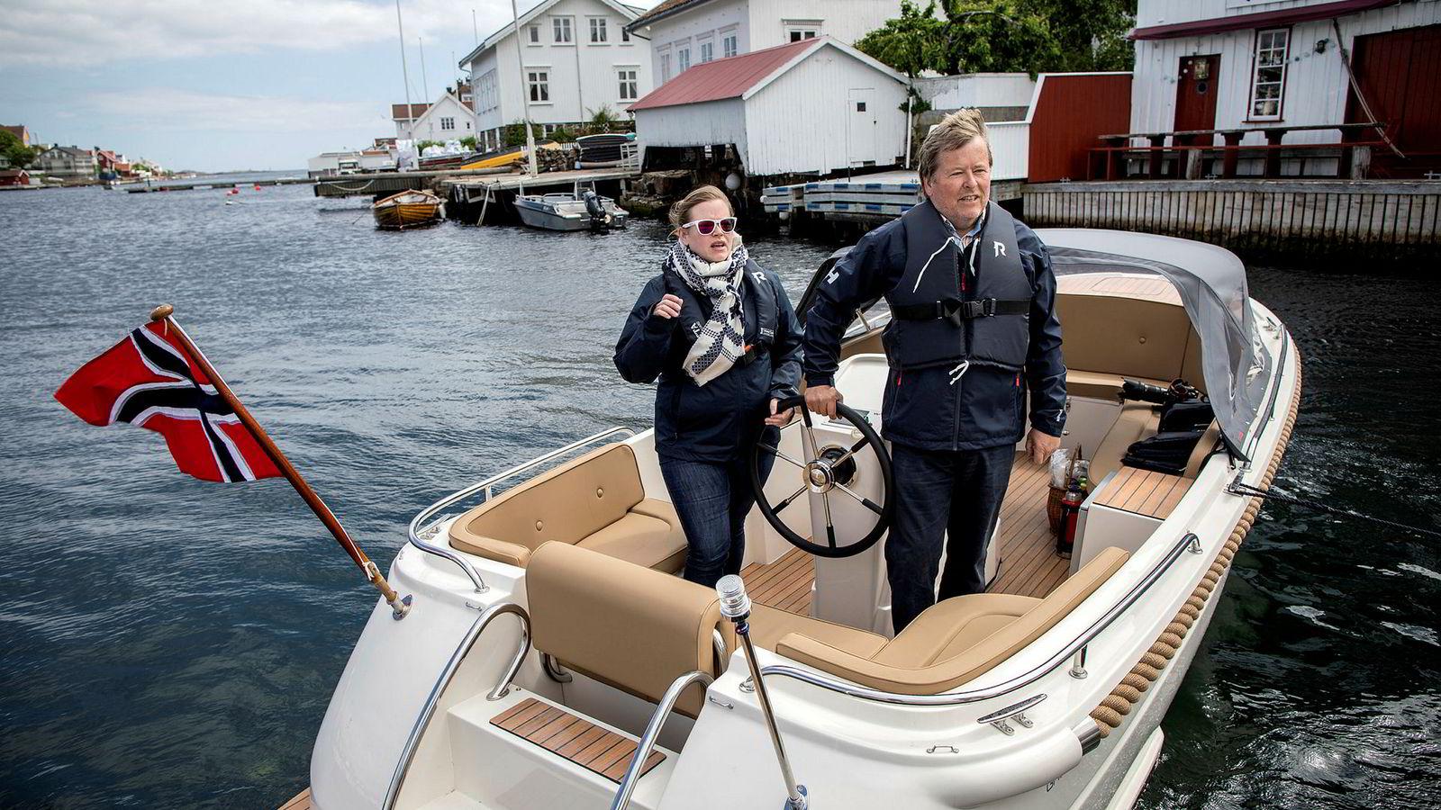 Ole Salomonsen og datteren (og sjef) Ida Salomonsen Thorrud i Green Waves utenfor seilmakeren i idylliske Lyngør tror på en elbåtrevolusjon.
