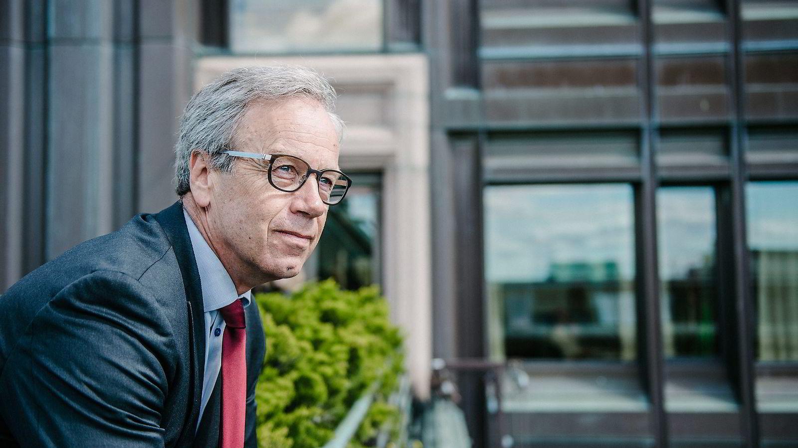 Sentralbanksjef Øystein Olsen setter ned renten til rekordlave 1,0 prosent.
