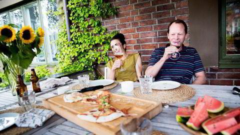 Over pizzaen utenfor huset på Blindern er gel og havresuppe diskusjonstema. Knut Glad er uenig med samboeren. Foto: Marte Christensen