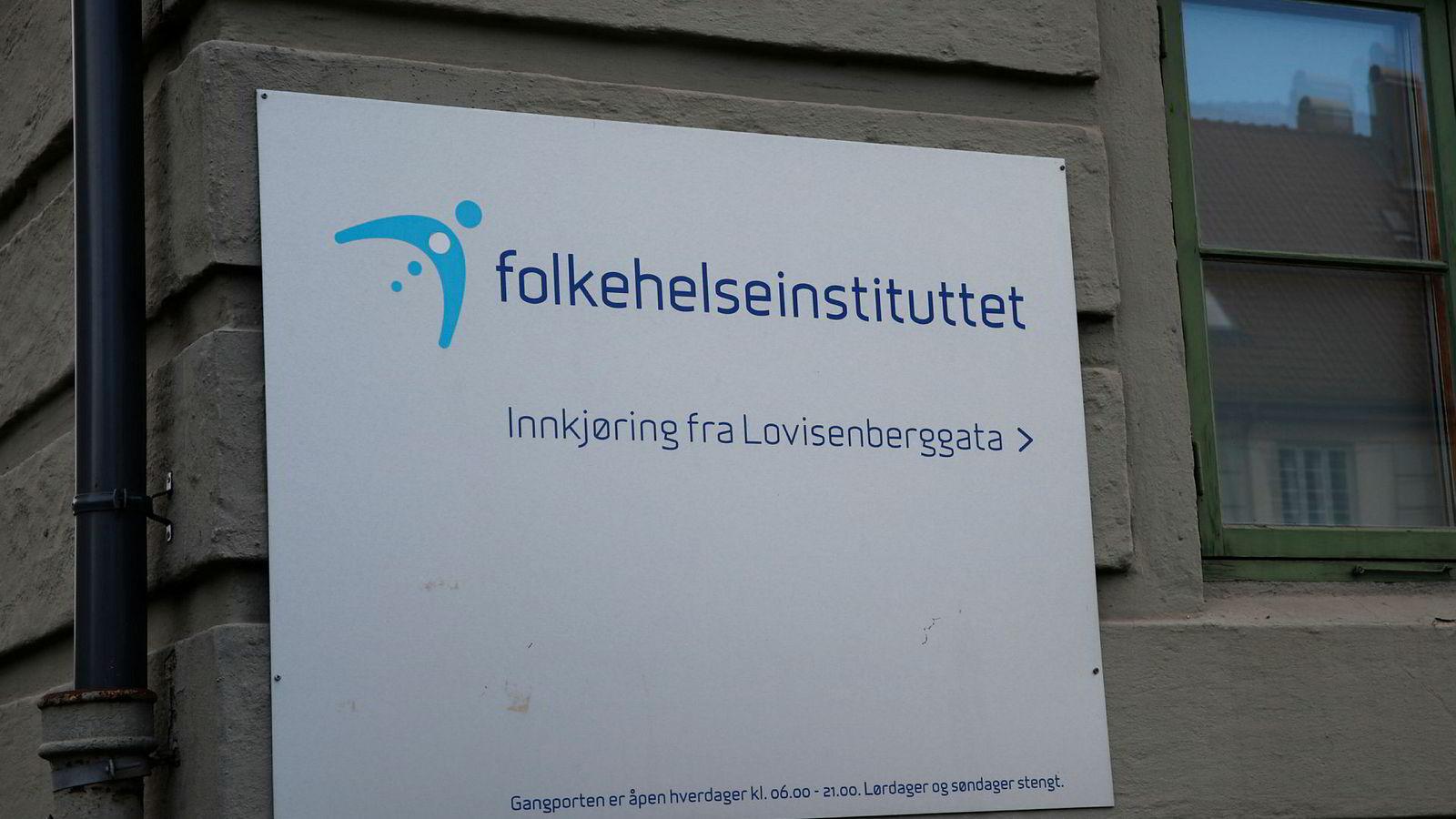 Folkehelseinstituttet i Oslo har kuttet antall ansatte, men fått vesentlig flere ledere.