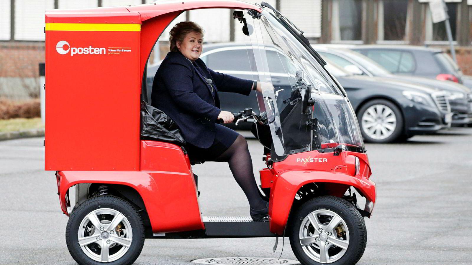 Tirsdag kveld sørget regjeringspartiene for flertall for å endre postloven. Fra 1. juli neste år vil det dermed bli postlevering annenhver ukedag. Her prøvekjører statsminister Erna Solberg (H) en postbil.